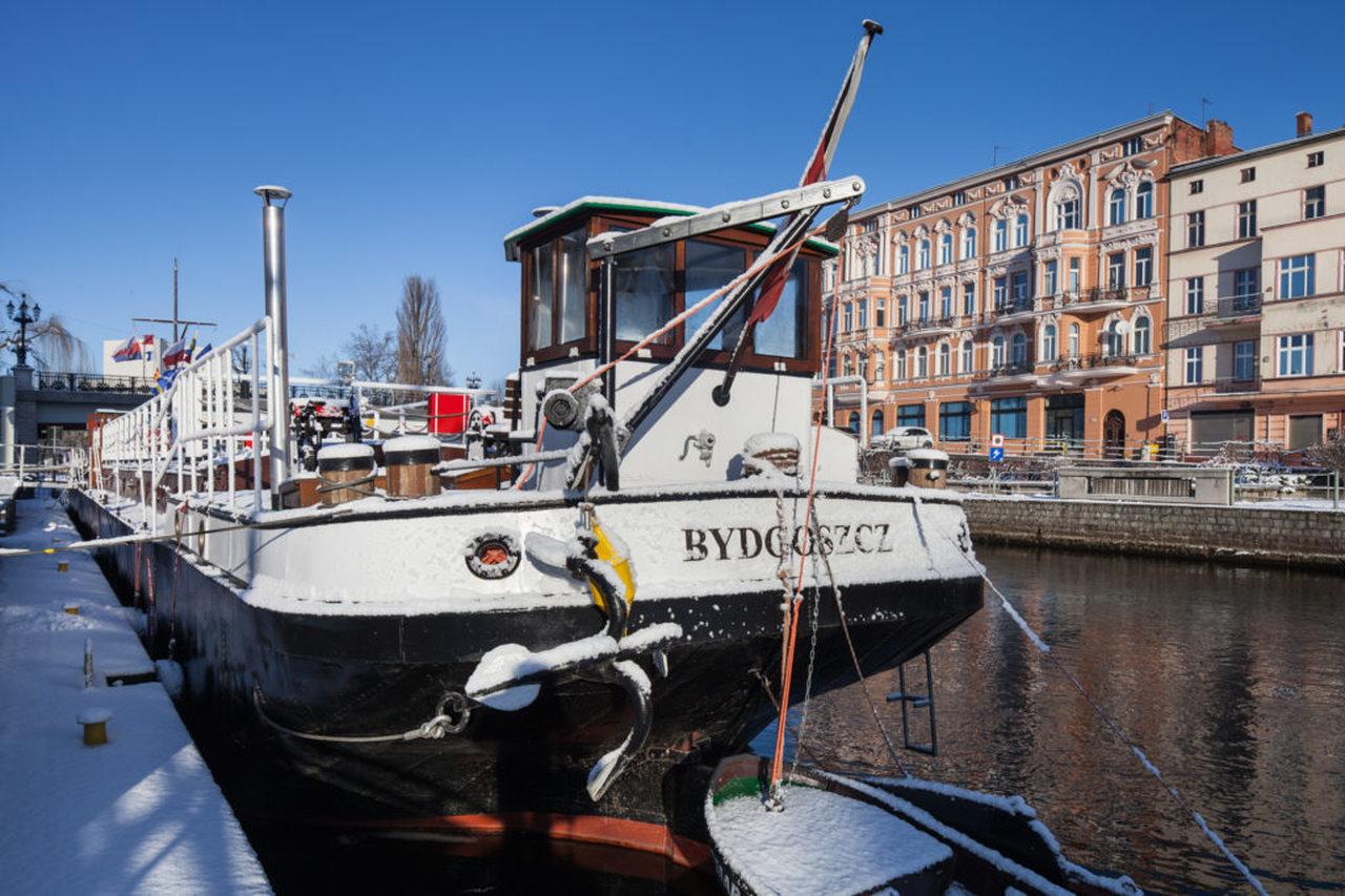 lemara barge in bydgoszcz in winter